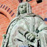 Großherzog Friedrich Franz II. hat jetzt wieder alle Knöpfe am Revers. Aber nicht nur der fehlende Knopf wurde rekonstruiert. © 2006 bbl-mv