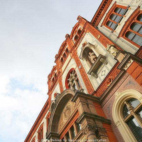 Fassade und Dach wurden bereits 1996 saniert - seit mehr als drei Jahren wird das Hauptgebäude von innen restauriert  das Fenster der Aula  in der Bildmitte links neben der Statue über dem Eingangsportal - bekommt ein neu gestaltetes Fenster. Für da © 2009 Betrieb für Bau und Liegenschaften Mecklenburg-Vorpommern