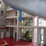 Kunst am Bau: ein überdimensionaler Wassertropfen aus Kunststoff läuft an der Hörsaalwand herunter © 2009 Betrieb für Bau und Liegenschaften Mecklenburg-Vorpommern