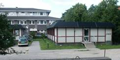 Die Container im Hofbereich dienten bis zur Fertigstellung des Neubaus als Interimsunterbringung für die Mitarbeiter der KK-Ast © 2010 Betrieb für Bau und Liegenschaften Mecklenburg-Vorpommern