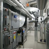 Kälte- und Wärmeaustausch spielen in diesem Neubau eine herausragende Rolle. Hier ein Blick in die Technikzentrale mit der Teilansicht der Raumlufttechnischen Anlage (RLT). © 2011 Assmann Beraten+Planen GmbH Dortmund