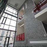 3-geschossige Eingangshalle mit Treppenhaus © 2012 Betrieb für Bau und Liegenschaften Mecklenburg-Vorpommern