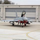 Im Vordergrund ein Eurofighter  im Hintergrund das Tor durch das er passen muss: 17 5 m breit und 6 5 m hoch. © 2012 Betrieb für Bau und Liegenschaften Mecklenburg-Vorpommern