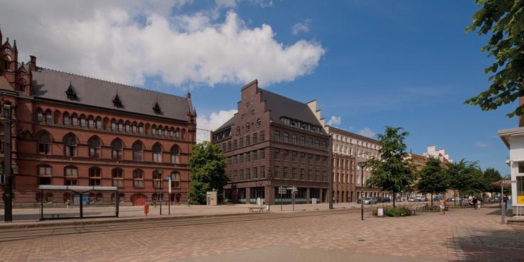 In Rostock sind die Zentrale und der Geschäftsbereich Hochschul- und Klinikbau des BBL M-V untergebracht. Hier eine Ansicht aus der Steinstraße auf das Dienstgebäude (Mitte)  links ist das Ständehaus zu sehen  Sitz des Oberlandesgerichts Rostock. © 2014 Betrieb für Bau und Liegenschaften Mecklenburg-Vorpommern