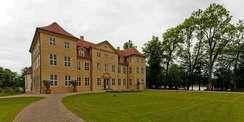 In die Wiederherstellung von Schloss und Schlosspark auf der Mirower Schlossinsel investierte das Land M-V mit Unterstützung der Europäischen Union 7 9 Mio. Euro. © 2014 Christian Hoffmann  FM M-V