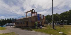 Der Richtkranz schwebt über dem Neubau im Zingster Himmel. © 2014 Betrieb für Bau und Liegenschaften Mecklenburg-Vorpommern
