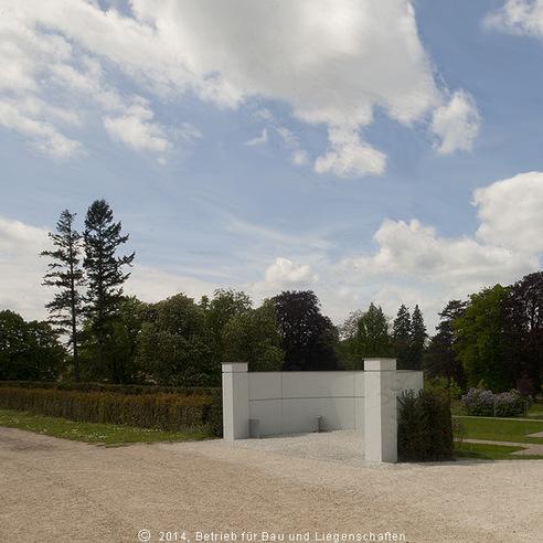 Exedra - Blick auf eine der beiden Sitznischen auf dem Schlossbergareal  die typischerweise mit dem Rücken zum Schlossgarten aufgestellt werden. © 2014 Betrieb für Bau und Liegenschaften Mecklenburg-Vorpommern