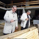 Uwe Sander vom BBL M-V als Vertreter des Bauherrn und Prorektor der Universität  Prof. Dr. Schumacher als Vertreter des zukünftigen Nutzers  bei den traditionellen Hammerschlägen. © 2014 Betrieb für Bau und Liegenschaften Mecklenburg-Vorpommern