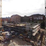 Blick von der Bibliothek auf die Baustelle des Hörsaalgebäudes  dessen Fertigstellung zur Mitte 2016 geplant ist. Im Hintergrund die Gebäude der ehemaligen Klinik für Innere Medizin. © 2014 Betrieb für Bau und Liegenschaften Mecklenburg-Vorpommern