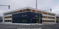 Blick von Südosten auf den Neubau des Polizeizentrums in der Wolgaster Chausseestraße.
