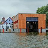 Das neue Bootshaus mit Büro- und Sozialtrakt auf der Schlossinsel Wolgast bietet bessere Arbeitsbedingungen für die Kolleginnen und Kollegen der Wasserschutzpolizeiinspektion. © 2013 Betrieb für Bau und Liegenschaften Mecklenburg-Vorpommern