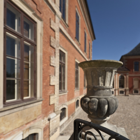 Schloss Bothmer  Vase auf der Treppe im Ehrenhof © 2014 Betrieb für Bau und Liegenschaften Mecklenburg-Vorpommern