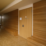 Flur im Erdgeschoss - Holzbänke mit raumhoher Lehne laden zum Verweilen und Kommunizieren ein © 2015 Betrieb für Bau und Liegenschaften Mecklenburg-Vorpommern