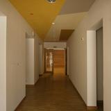 Flur im Erdgeschoss mit farbiger Deckengestaltung © 2015 Betrieb für Bau und Liegenschaften Mecklenburg-Vorpommern