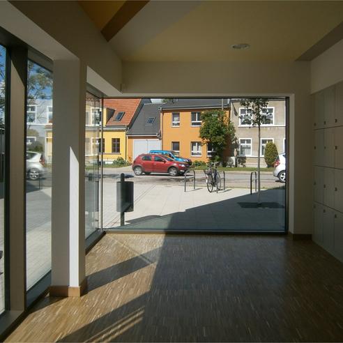 Garderoben-/Schließfachraum im Erdgeschoss mit großflächiger Verglasung © 2015 Betrieb für Bau und Liegenschaften Mecklenburg-Vorpommern