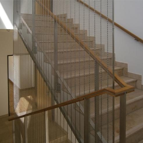 Treppenhaus mit interessanter Absturzsicherung im Treppenauge © 2015 Betrieb für Bau und Liegenschaften Mecklenburg-Vorpommern