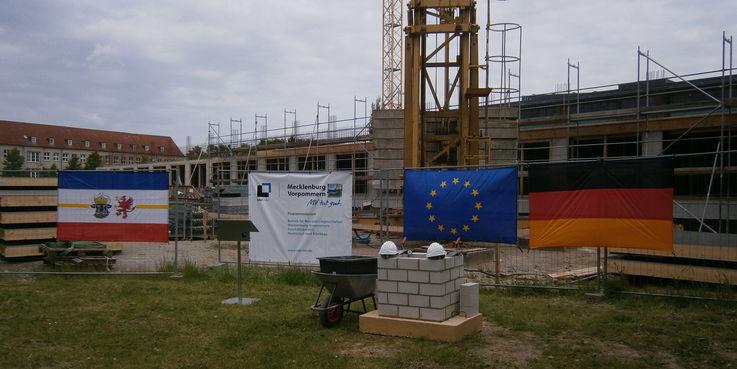 Die Baustelle ist geschmückt  die Utensilien für die feierliche Grundsteinlegung liegen bereit. © 2015 Betrieb für Bau und Liegenschaften Mecklenburg-Vorpommern