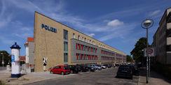 Blick auf Fassade entlang der Hansastraße - die Kunst ist seit Mitte Juli 2015 hier installiert. Das Land M-V gibt 25.000 € für insgesamt drei Kunstinstallationen auf der Polizeiliegenschaft aus. © 2015 Betrieb für Bau und Liegenschaften Mecklenburg-Vorpommern