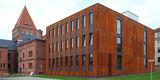 - Ensemblewirkung des Neubaus des Grundbuchamtes mit dem Bestandsgebäude des © 2015 Betrieb für Bau und Liegenschaften Mecklenburg-Vorpommern