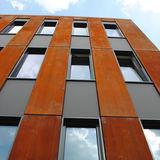 tiefrote Metallfassade und  vertikale Gliederung der Fenster als gestaltprägende Fassadenstruktur © 2015 Betrieb für Bau und Liegenschaften Mecklenburg-Vorpommern