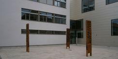 Der Hauptzugang in das Laborgebäude erfolgt hofseitig - hier befindet sich auch die Kunstinstallation © 2015 Betrieb für Bau und Liegenschaften Mecklenburg-Vorpommern