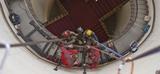 Der Blick nach unten: Arbeiten an der gusseisernen Wendeltreppe im Jagdschloss Granitz © Lutz Grünke  Binz