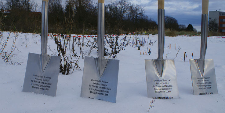 Vier Spaten standen am 10. Dezember 2010 bereit. © 2015 Betrieb für Bau und Liegenschaften Mecklenburg-Vorpommern