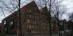 Der Bibliotheksneubau ist bereits vom Stadteingang aus nördlicher Richtung als Wissensspeicher erlebbar © 2016 Betrieb für Bau und Liegenschaften Mecklenburg-Vorpommern
