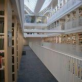 Innenraum der Bibliothek mit Luftraum in den Freihandbereichen © 2016 Betrieb für Bau und Liegenschaften Mecklenburg-Vorpommern