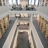 Blick von oben in den Luftraum der Bibliothek zwischen den Geschossebenen © 2016 Betrieb für Bau und Liegenschaften Mecklenburg-Vorpommern