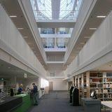 Erdgeschoss der Bibliothek mit Infobereich - Blick über den Luftraum in die Geschosse mit den Regalbeständen © 2016 Betrieb für Bau und Liegenschaften Mecklenburg-Vorpommern