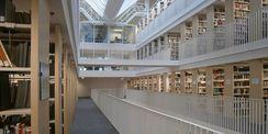 Lichtdurchflutet stellt sich die neue Bibliothek im Innenraum dar. © 2016 Betrieb für Bau und Liegenschaften Mecklenburg-Vorpommern