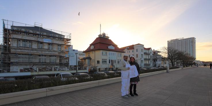 Uta Brinckmann  Projektleiterin vom für das Bauprojekt verantwortlichen BBL M-V Geschäftsbereich Schwerin mit Maurer Horst Steege von der Firma Petereit am 7. Januar 2015 auf der Strandpromenade. © 2016 Betrieb für Bau und Liegenschaften Mecklenburg-Vorpommern