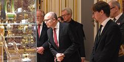 Ministerpräsident Erwin Sellering (links) mit Kultusminister Mathias Brodkorb (rechts) beim Rundgang durch die Ausstellung. © 2016 Staatliches Museum Schwerin