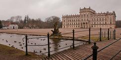 Drinnen wird restauriert und draußen macht die  Griese Gegend  ihrem Namen alle Ehre. Blick auf das Schloss über die Kaskade und den Schlossplatz. © 2014 Betrieb für Bau und Liegenschaften Mecklenburg-Vorpommern