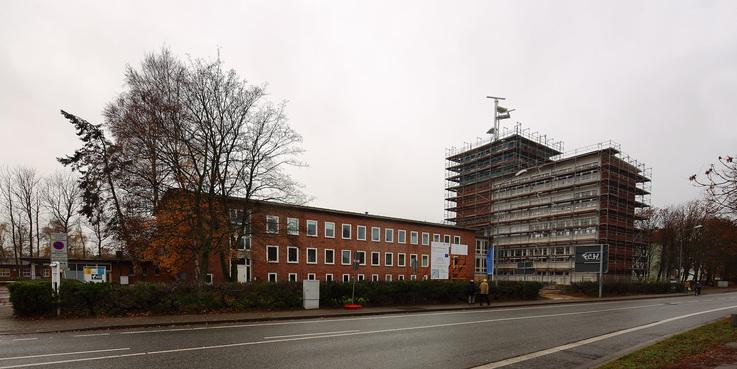 Blick auf die Baustelle am Haus 2 und dem Turmgebäude von der Richard-Wagner-Straße. © 2016 Betrieb für Bau und Liegenschaften Mecklenburg-Vorpommern