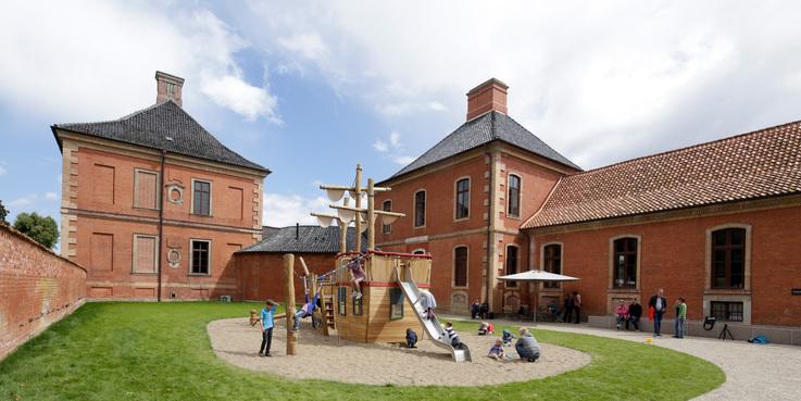 Spielplatz zwischen Schloss und Park © 2017 Betrieb für Bau und Liegenschaften