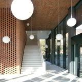 Hörsaalgebäude  Eingangsbereich mit Treppe zum 1. Obergeschoss © 2016 Betrieb für Bau und Liegenschaften Mecklenburg-Vorpommern