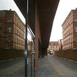 Der Zusammenhang des Campus mit seinen Alt- und Neubauten kommt durch die Spiegelung in den Fassaden der Neubauten besonders gut zur Geltung. © 2016 Betrieb für Bau und Liegenschaften Mecklenburg-Vorpommern