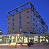Neubau DZ 7 mit Haupteingang des Klinikums bei Nacht © 2013 HWP Planungsgesellschaft mbH Stuttgart / Fotograf Vincent Leifer