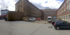 Blick auf die Nord-Ost Ansicht des Gebäudes  im Vordergrund Bauarbeiten des 3. BA des Hauses der Justiz (rechtes Gebäude) © 2017 Betrieb für Bau und Liegenschaften Mecklenburg-Vorpommern