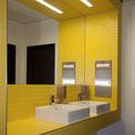 farbenfroher nur teilweise gefliester Sanitärbereich im Kernbereich des Gebäudes © 2017 Betrieb für Bau und Liegenschaften Mecklenburg-Vorpommern