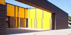 Blick durch den Eingangsbereich in den Innenhof  der Belichtung für das Fachkabinett liefert © 2017 Betrieb für Bau und Liegenschaften Mecklenburg-Vorpommern