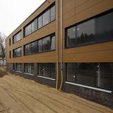 Blick auf die Vorhangfassade aus Basalt © 2017 Betrieb für Bau und Liegenschaften