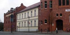 Blick auf das Gebäudeensemble vor der Sanierung: von links nach rechts Hafthaus   Altes Gebäude   Hauptgebäude (Eingang) © 2017 Betrieb für Bau und Liegenschaften Mecklenburg-Vorpommern