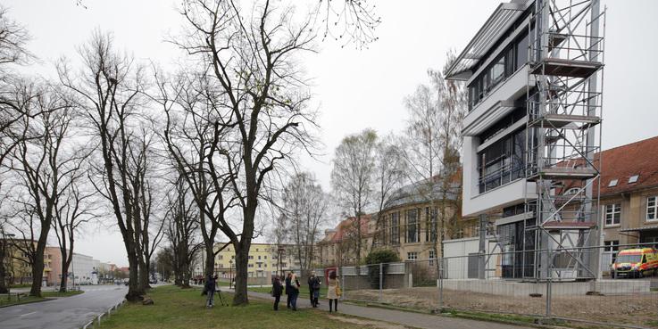 Der BBL M-V informiert beim Pressetermin am 7. April 2017 über das Fassadenelement. © 2017 Betrieb für Bau und Liegenschaften Mecklenburg-Vorpommern