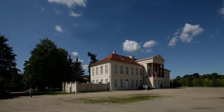 Blick über den Schlossberg auf das Kavalierhaus  in dem seit 2014 die Straßenbauverwaltung untergebracht ist. © 2017 Betrieb für Bau und Liegenschaften Mecklenburg-Vorpommern