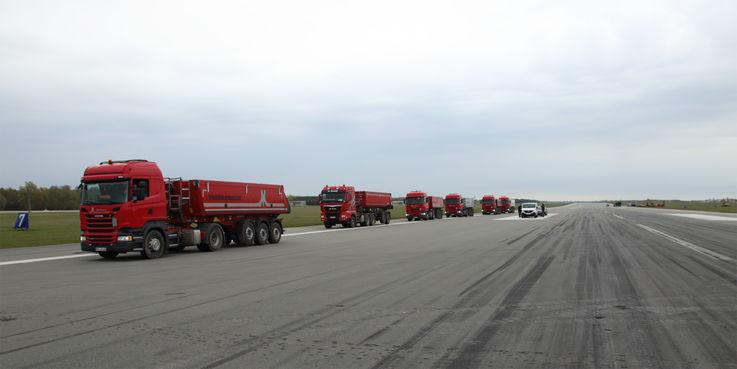 Die LKW stehen zum Beladen bereit. Abtransportiert wird das Fräsgut  also die abgebrochene Asphaltbetonschicht der Übergangs- und Überrollbereiche auf der Start- und Landebahn. © 2017 Betrieb für Bau und Liegenschaften Mecklenburg-Vorpommern