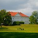 Blick auf das Schloss Hohenzieritz vom Landschaftsgarten nach englischem Vorbild auf der Rückseite des Schlosses angelegt. © 2017 Betrieb für Bau und Liegenschaften Mecklenburg-Vorpommern