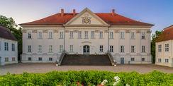Blick über das Rondell auf das Schloss  in dem sich Sterbezimmer und  Gedenkstätte befinden. © 2017 Staatliche Schlösser und Gärten in Mecklenburg-Vorpommern
